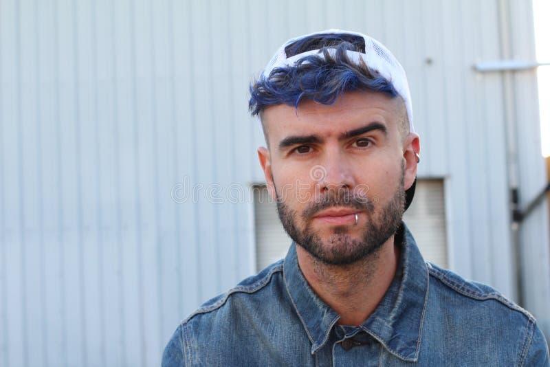 Estilo punky de la moda del disco azul urbano atractivo emocional del pelo imagen de archivo