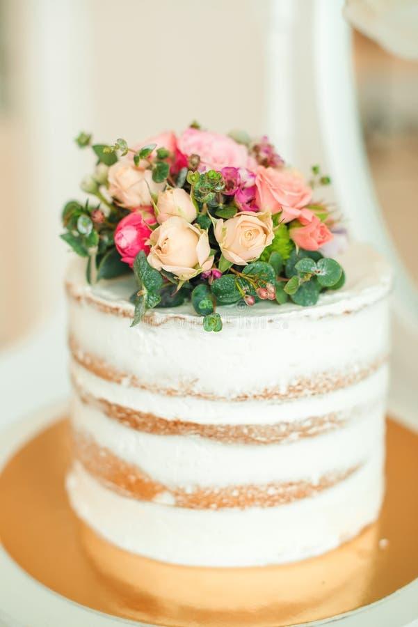 Torta Matrimonio Rustico : Estilo rústico adornado de la torta desnuda blanca para