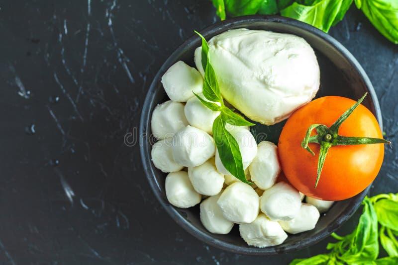 Estilo rústico Ingredientes para la ensalada de Caprese del italiano fotos de archivo