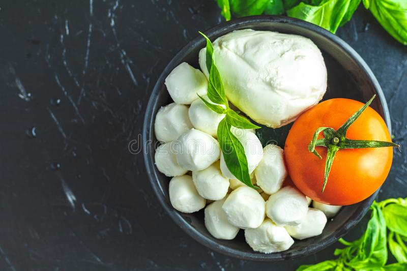 Estilo rústico Ingredientes para a salada de Caprese do italiano fotos de stock