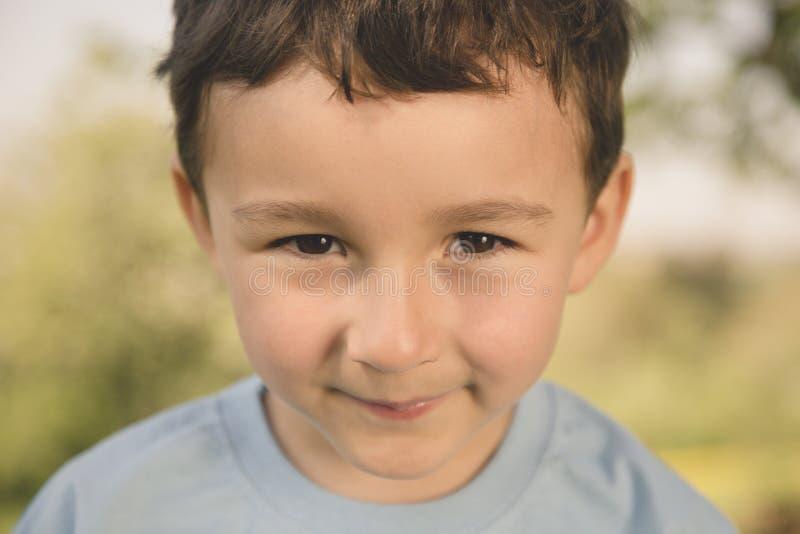 Estilo retro de la cara al aire libre del retrato del niño pequeño del niño del niño al aire libre fotografía de archivo