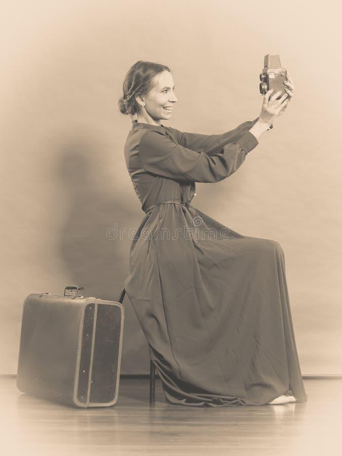 Estilo retro de la mujer con la cámara vieja de la maleta fotografía de archivo