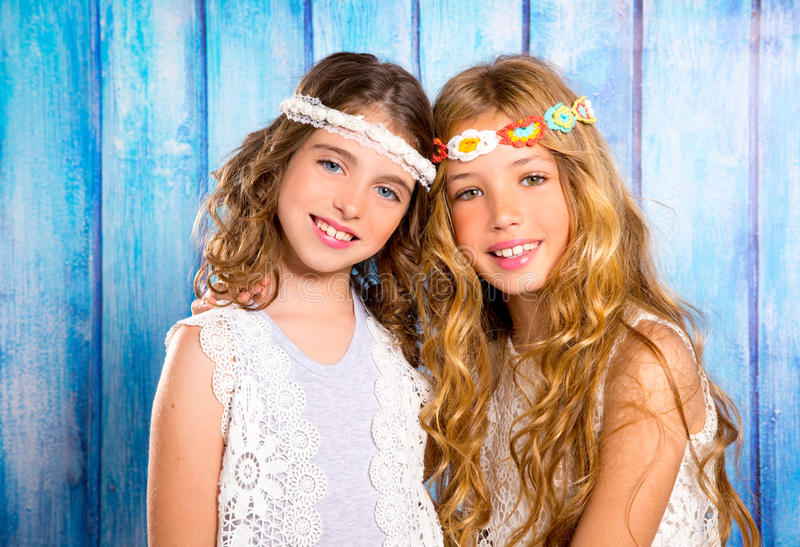 Estilo retro del hippie de las muchachas de los amigos de los niños que sonríe junto imagen de archivo