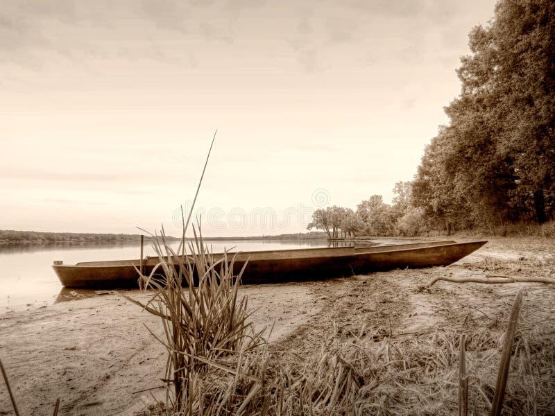 Estilo retro do Sepia, barco na lagoa fotos de stock