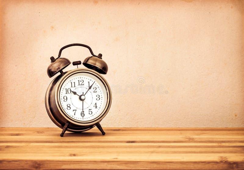 Estilo retro e do vintage de antiquado o despertador na madeira fotos de stock royalty free