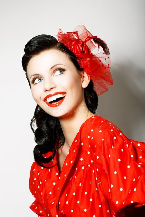 Estilo retro. Exaltação. Retrato da mulher de sorriso Toothy feliz no Pin acima do vestido vermelho fotos de stock royalty free