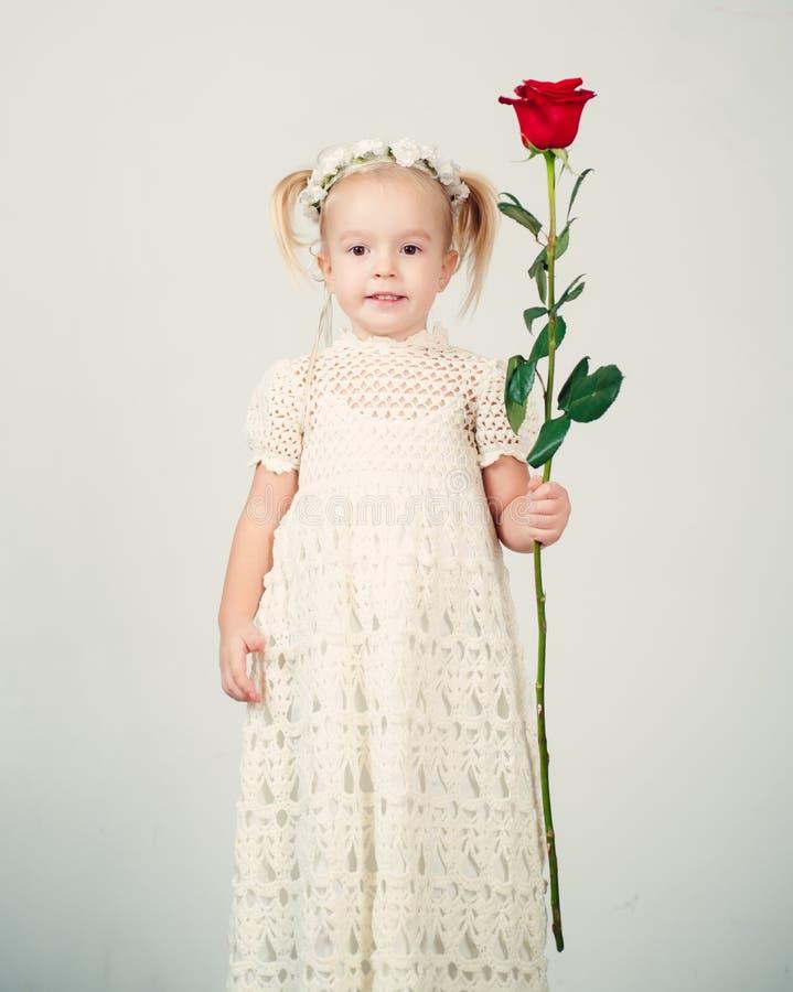 Estilo retro Feliz aniversario casamento crian?a pequena com rosa vermelha Inf?ncia feliz Amor atual O dia das crian?as Bailarina imagens de stock royalty free