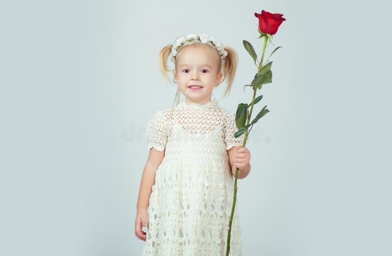 Estilo retro Feliz aniversario casamento Menina no vestido do vintage beleza crian?a pequena com rosa vermelha Inf?ncia feliz fotografia de stock