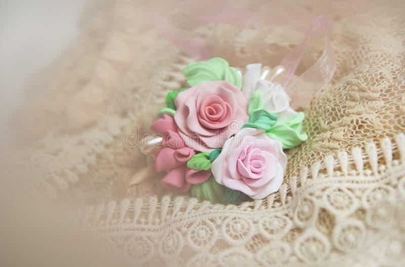 Estilo romântico: Estúdio da forma disparado da colar floral bonita fotos de stock