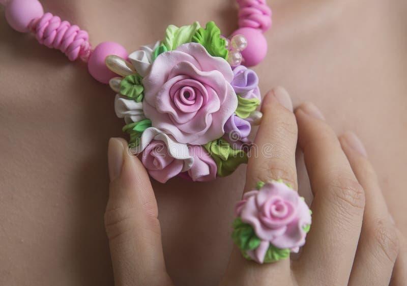 Estilo romântico: Rose Necklace Fashion Studio Shot floral de um J foto de stock royalty free
