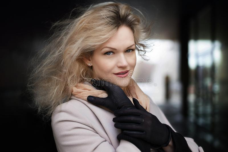 Estilo soleado de la moda del verano Retrato de una mujer elegante joven al aire libre, vestido en equipo de moda y guantes negro foto de archivo libre de regalías