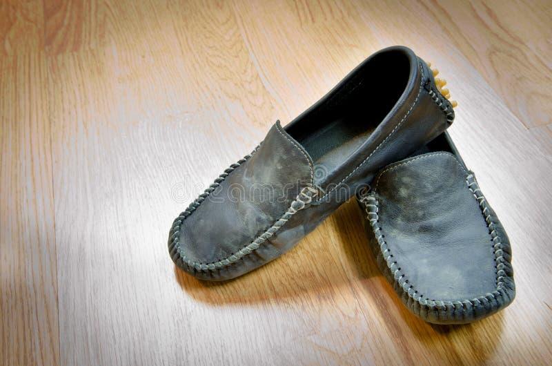 Estilo sucio del vintage de los zapatos en el piso de madera fotos de archivo