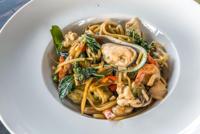 Estilo tailandés de la comida de los espaguetis picantes de los mariscos fotografía de archivo