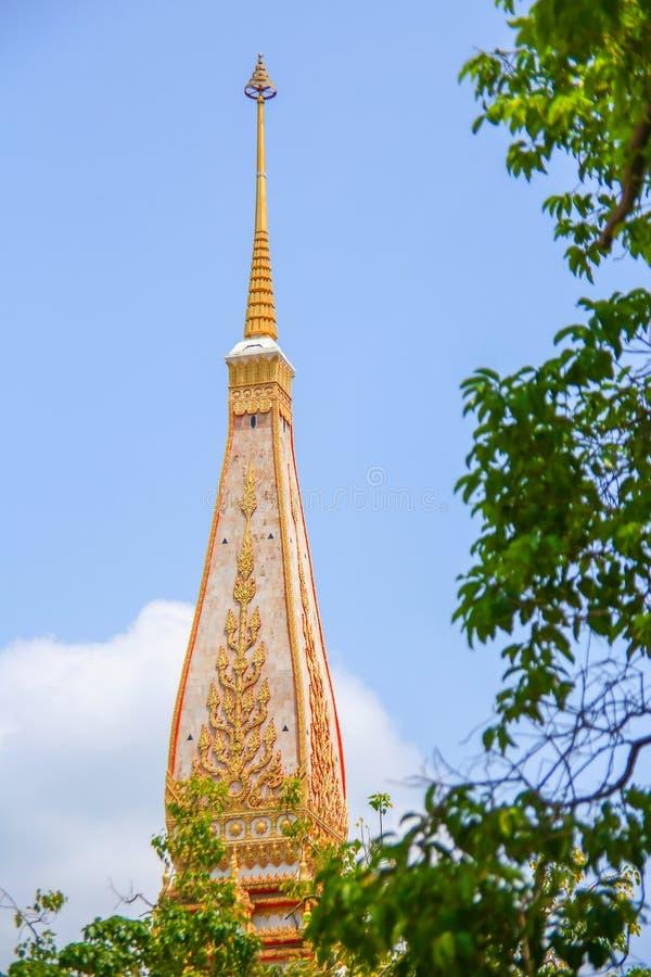Estilo tailandés de la pagoda con el fondo del cielo azul imagen de archivo