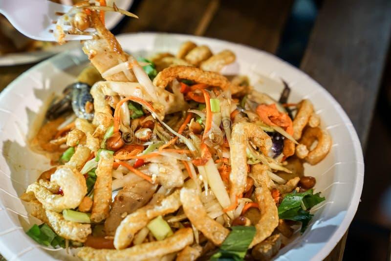 Estilo tailandés de la tradición de la comida, ensalada picante del cerdo curruscante en acontecimiento del foodtruck fotografía de archivo libre de regalías
