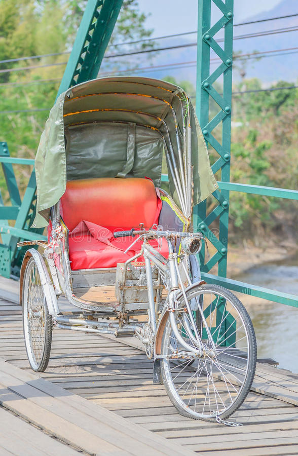 Estilo tailandés del triciclo en el puente sobre Pai River en Pai en Mae Hong foto de archivo libre de regalías