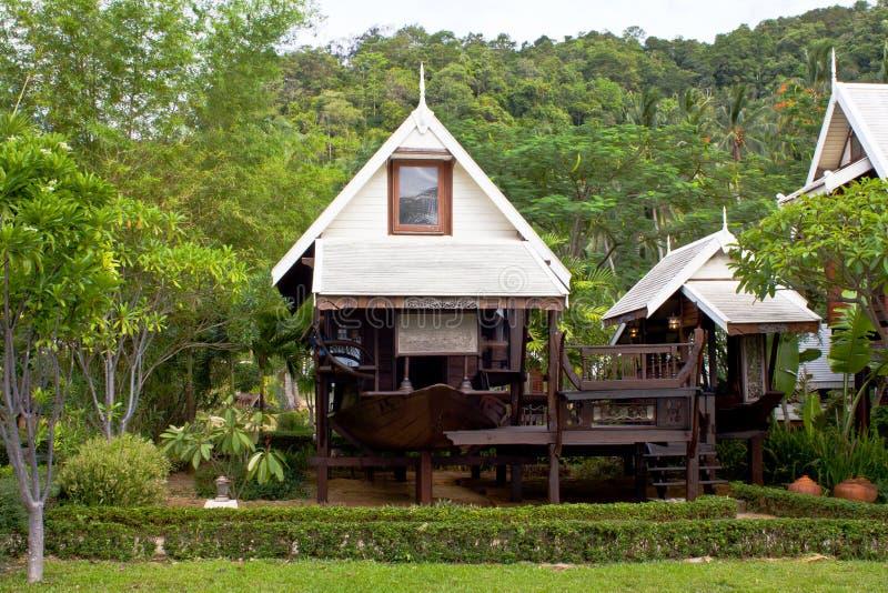 Estilo tailandés, hogar del Teakwood en jardín, imagen de archivo