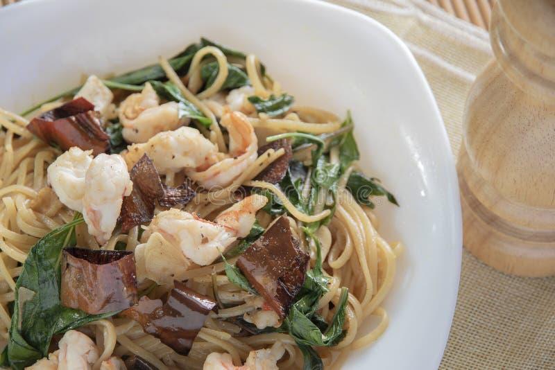 Estilo tailandés sofrito del camarón picante de los espaguetis fotos de archivo