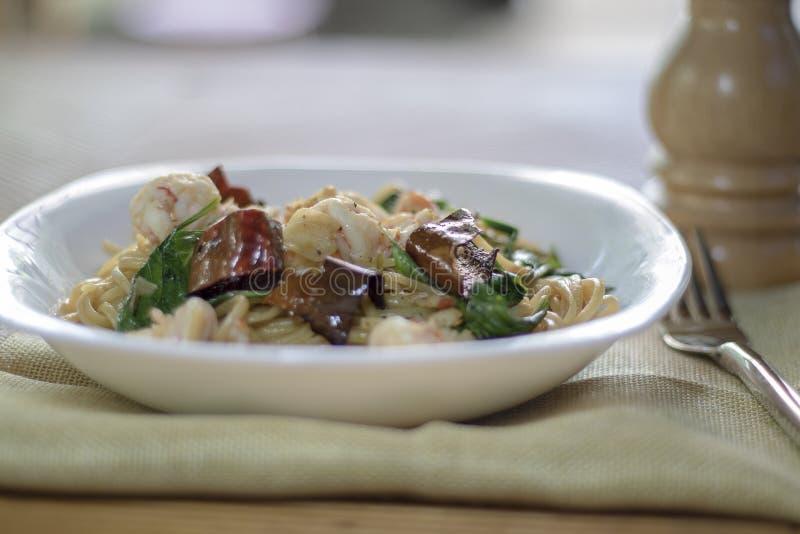 Estilo tailandés sofrito del camarón picante de los espaguetis fotografía de archivo libre de regalías