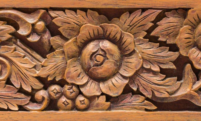 Estilo tailandés tallado de madera imagenes de archivo