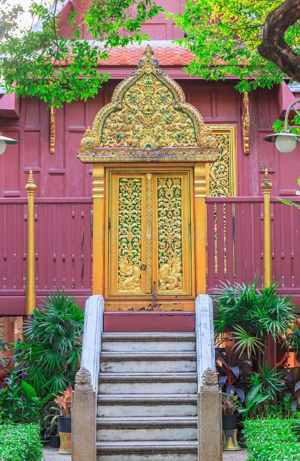 Estilo tailandês da porta de madeira das artes no templo de Tailândia imagem de stock royalty free