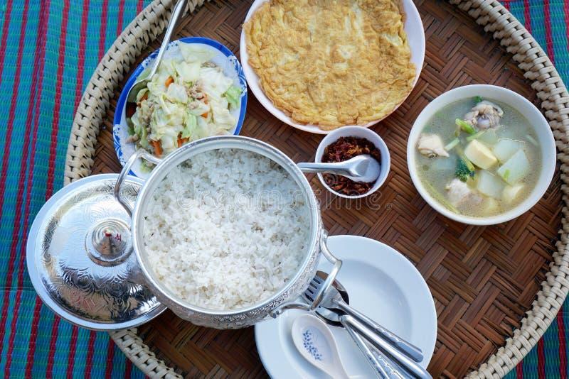 Estilo tailandês do alimento, grupo do café da manhã com arroz, omeleta, couve da fritada da agitação imagens de stock royalty free