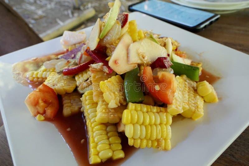 Estilo tailandês do alimento, salada de fruto misturada com maçã, goiaba, milho e tomate na placa branca imagem de stock royalty free