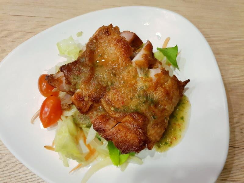 Estilo tailandês do alimento, vista superior do bife grelhado da galinha coberto com molho de mergulho do marisco imagem de stock