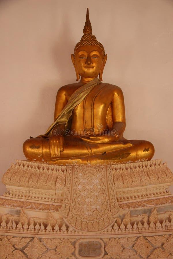 Estilo tailandês local Buda dourada de sorriso da cara no templo budista fotos de stock
