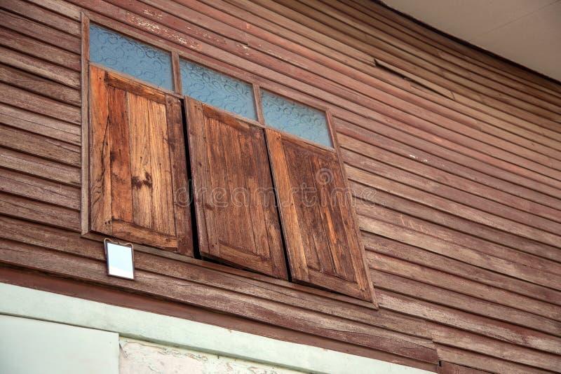 estilo tailandês velho exterior da casa da janela de madeira imagem de stock