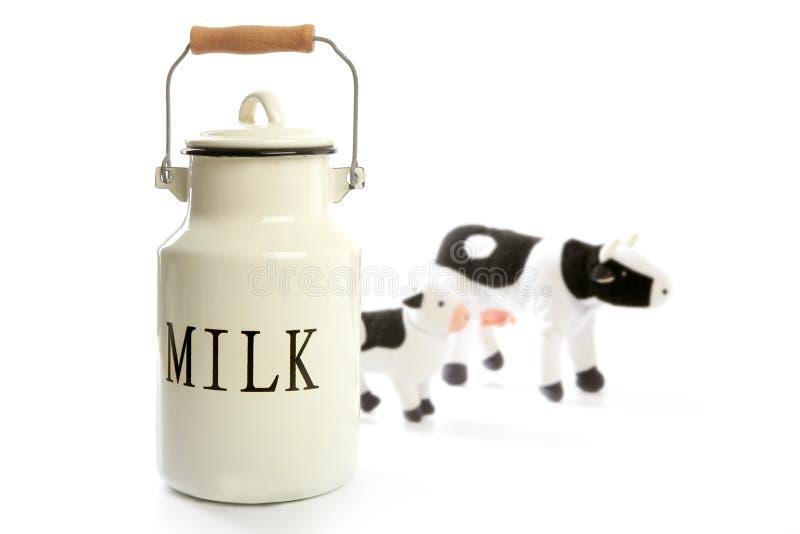 Estilo tradicional do fazendeiro do potenciômetro branco do urn do leite fotografia de stock