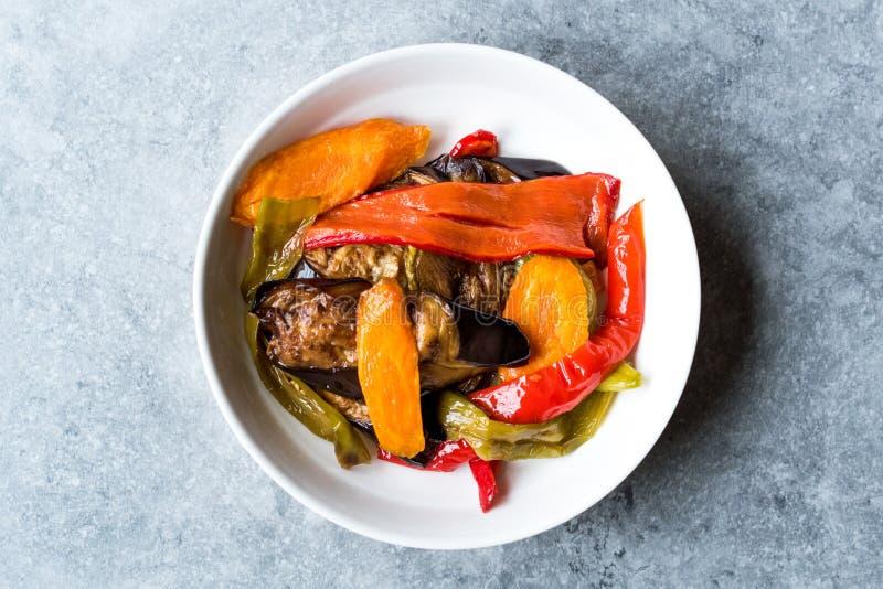 Estilo turco Fried Vegetables de la comida, pimienta roja, berenjena, zanahoria, pimiento picante y cebollas/Sebze Kizartma imagen de archivo