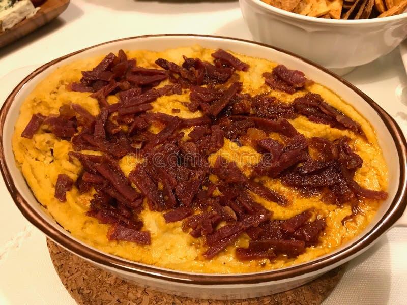 Estilo turco hecho en casa Hummus caliente con las rebanadas/Pastirma del Pastrami en la tabla de cena/la humus fotografía de archivo