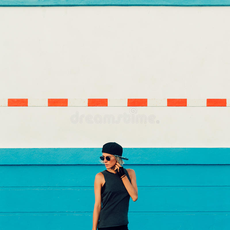 Estilo urbano na moda da menina à moda imagem de stock