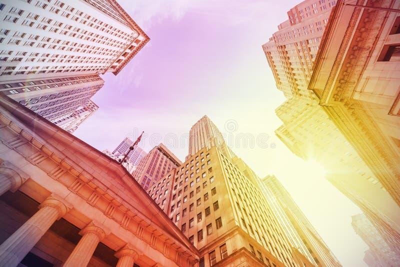 Estilo Wall Street do instagram do vintage no por do sol, New York City, E.U. imagens de stock royalty free