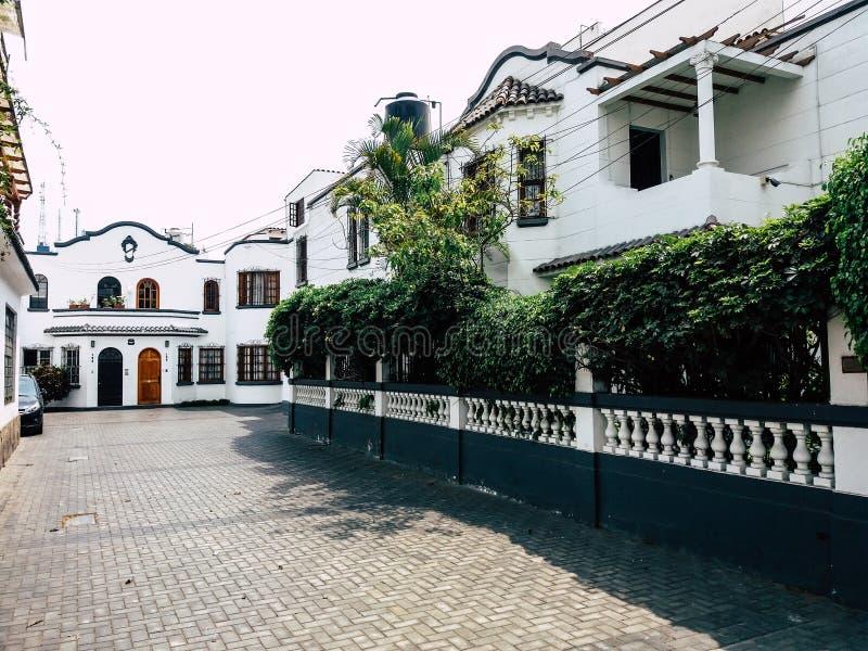 Estilos de edificios y de casas de Miraflores en Lima - Perú foto de archivo