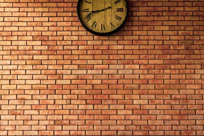 Estilos retros del vintage del reloj de pared que cuelgan en la pared de ladrillo fotografía de archivo libre de regalías