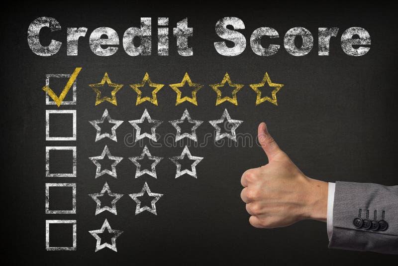 Estimation cinq étoiles du score de crédit cinq Les pouces vers le haut de l'estimation d'or de service se tient le premier rôle  photo libre de droits
