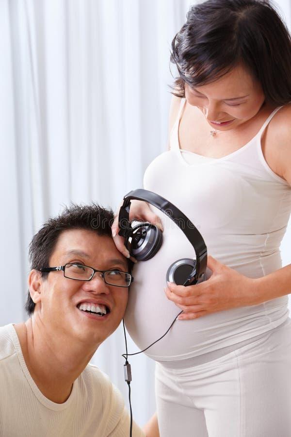 Estimulando o feto usando a música fotografia de stock