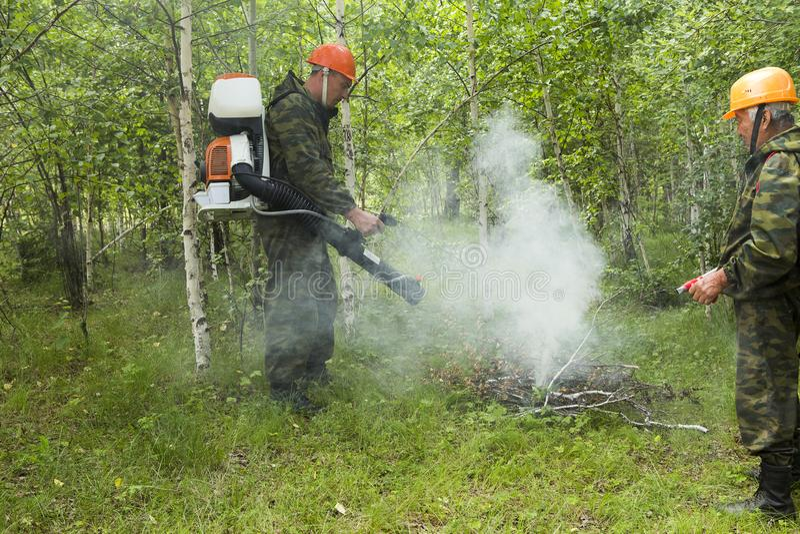 Estinzione di incendio nella foresta fotografie stock