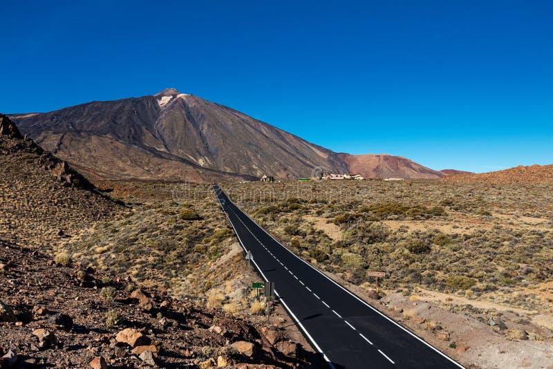 Estiramento da estrada que atravessa o parque nacional de Teide, Tenerife, conduzindo a Montana Blanca A paisagem durante todo es fotos de stock