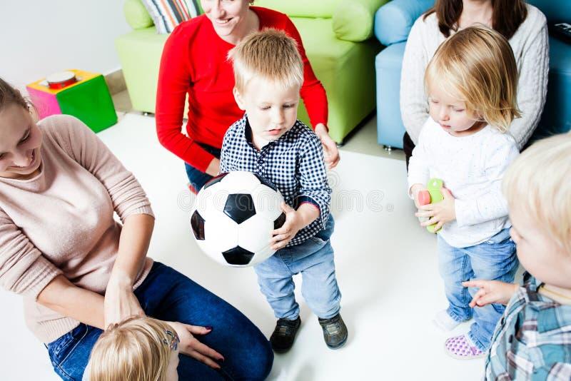 Estiramento das crianças à bola imagem de stock