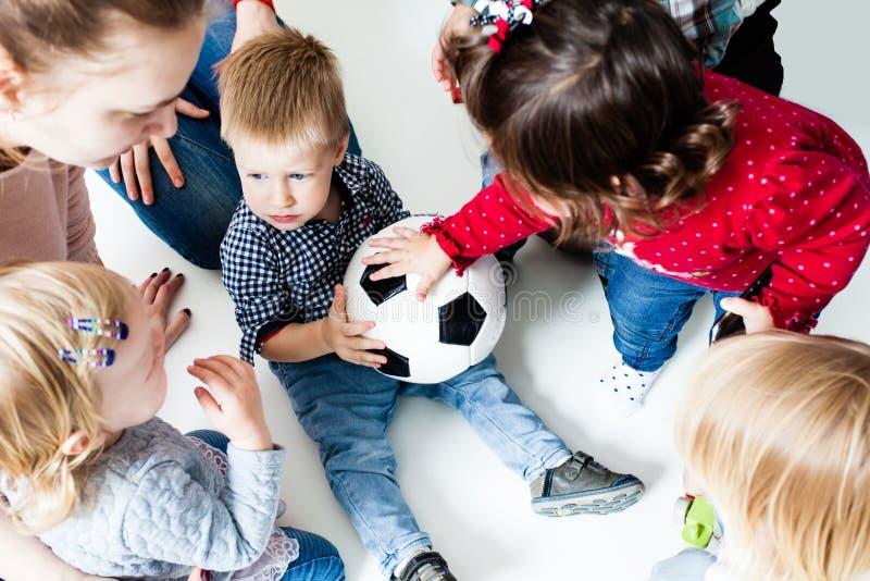 Estiramento das crianças à bola fotografia de stock