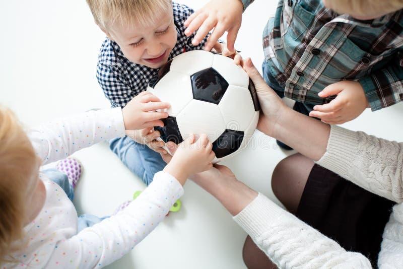 Estiramento das crianças à bola imagens de stock royalty free