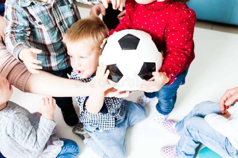 Estiramento das crianças à bola fotografia de stock royalty free