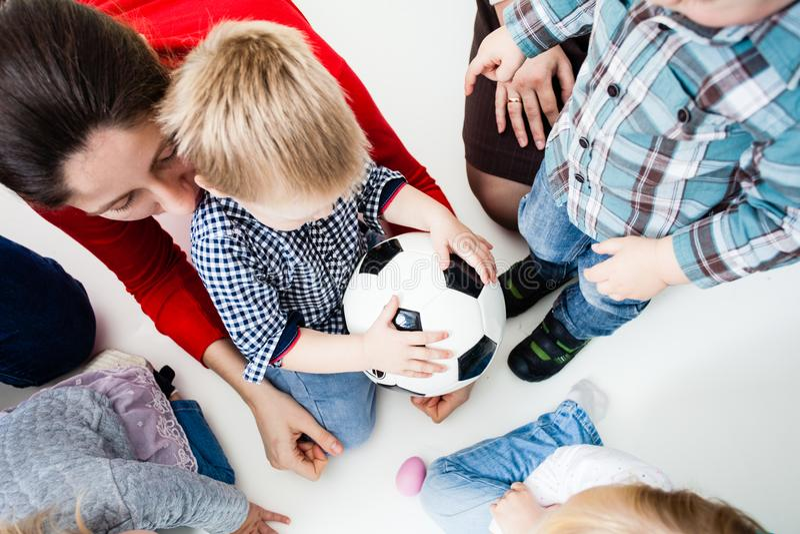 Estiramento das crianças à bola foto de stock royalty free