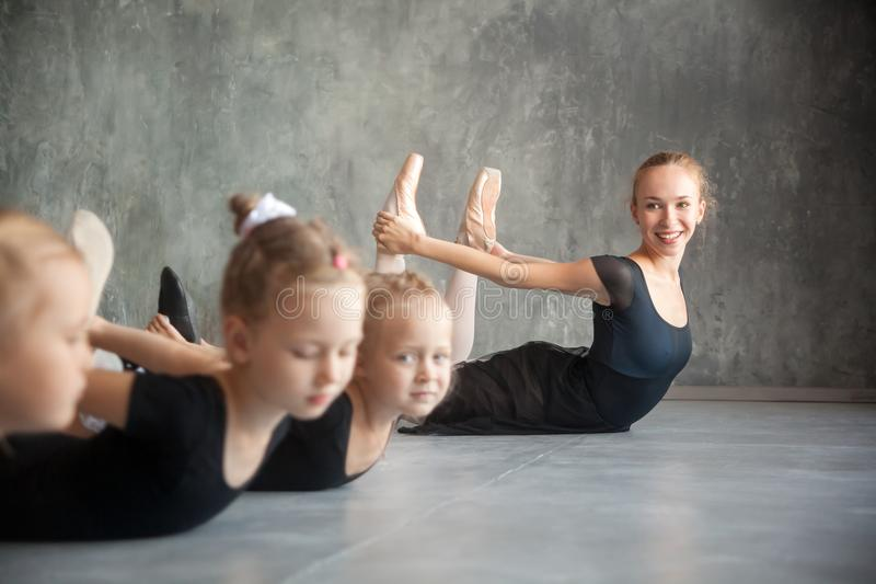 Estiramento das meninas antes de um bailado foto de stock royalty free