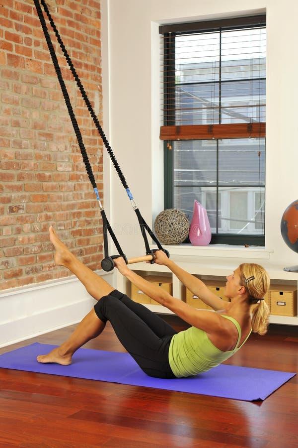 Estiramento de Pilates com barra em casa imagem de stock royalty free