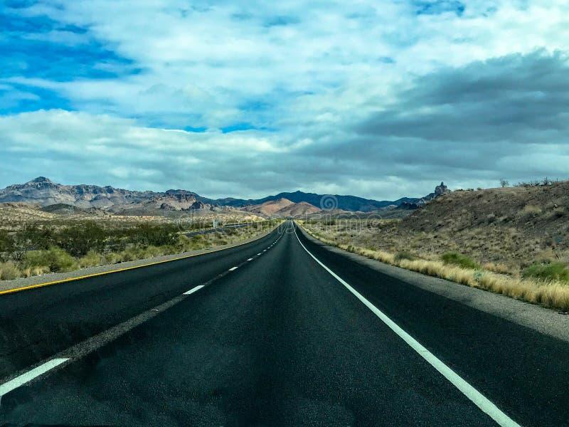 Estiramento longo da estrada do deserto sem o tráfego imagens de stock royalty free