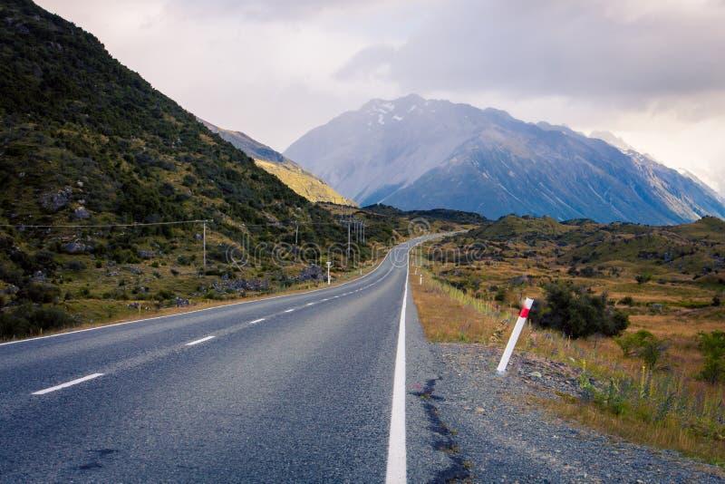 Estiramento só da estrada Nova Zelândia imagens de stock royalty free